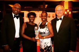 表彰式で受賞者を迎える、GPFケニアCEOのダニエル・ジュマ氏(左)とGPF副会長のトニー・ディバイン氏(右)