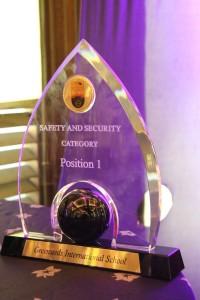 授賞式で授与されたトロフィー(教育現場における「安全・安心」部門での表彰)