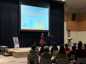 上映の後、フィリピンからの参加者を歓迎する小林桂子 純愛国際平和基金理事長