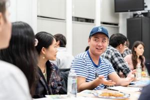 朝鮮半島の平和的統一というテーマでディスカッションを行う学生たち