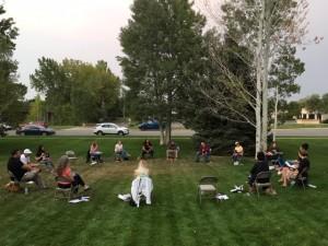 COVID-19の中、ソーシャルディスタンスを設けミーティングを実施するコミュニティのメンバーたち