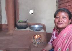 提供されたストーブを使用する女性